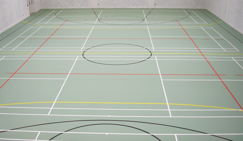 Seamless sports floor with versatile markings